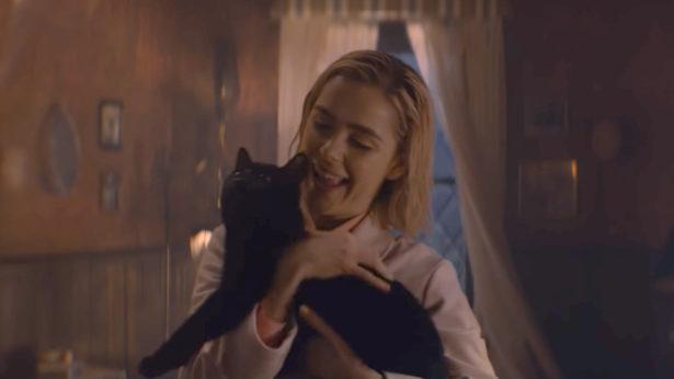 Sabrina mit ihrem Begleiter Kater Salem im Haus der Spellmans